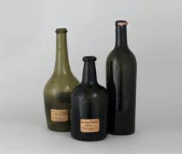 Trois bouteilles, Bordeaux, XVIIIe siècle, verre Fonds ancien de la Ville de Bordeaux © madd-bordeaux - L. Gauthier